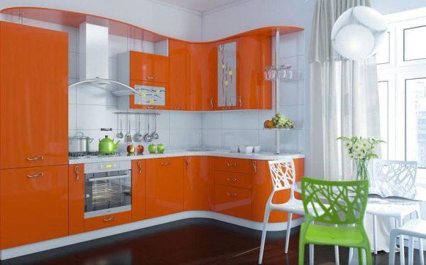 Оранжевый гарнитур на фоне белой стены кухни