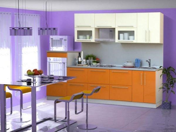 Сиренево-оранжевая кухня с обеденной зоной