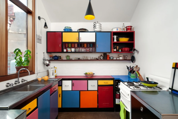Яркий гарнитур на кухне в стиле поп-арт