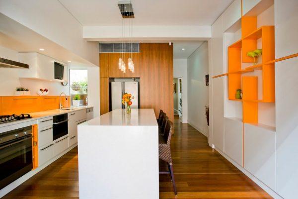 Узкая кухня в стиле минимализм с оранжевыми деталями