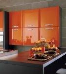 Яркие настенные шкафы на кухне в современном стиле