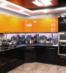 Чёрный гарнитур с яркими шкафами на кухне