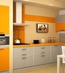 Светлая кухня с двухцветной мебелью