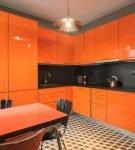 Оранжевая мебель на кухне с ярким напольным покрытием