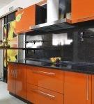 Чёрно-оранжевый гарнитур на большой и современной кухне