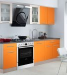 Светлая кухня с двухцветным лаконичным гарнитуром