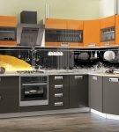 Кухня-столовая с оранжевыми настенными шкафами