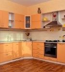 Светло-оранжевый гарнитур на небольшой кухне