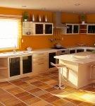 Светлая кухня большой площади с яркими стенами