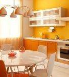Яркий интерьер кухни с оранжевой мебелью
