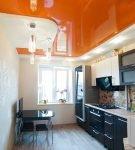 Бело-оранжевый потолок на узкой кухне