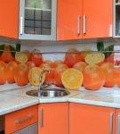 Комбинирование оранжевого гарнитура и яркого фартука на кухне