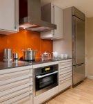 Оранжевый фартук на небольшой кухне