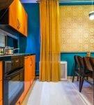 Сине-оранжевая кухня с обеденной зоной