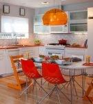 Яркие стулья на кухне с белой мебелью