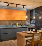Серо-оранжевый интерьер кухни в доме