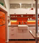 Небольшая кухня в бело-оранжевых тонах