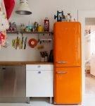 Оранжевый холодильник на кухне светлыми стенами