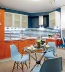 Оранжевый гарнитур на кухне в морском стиле