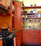 Тёмно-оранжевая мебель на узкой кухне