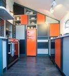 Сине-оранжевая мебель на кухне