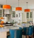 Оранжевые люстры на кухне с яркими стульями
