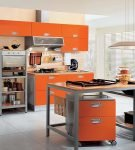 Лаконичный оранжевый гарнитур на большой кухне