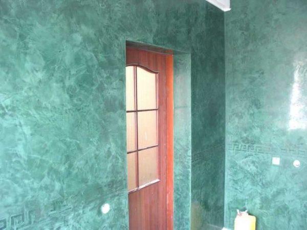 Поверхность стен после отделки венецианской штукатуркой