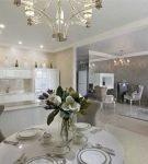 Кухня-столовая в классическом стиле с отделкой стен венецианской штукатуркой