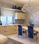 Светлая кухня с отделкой венецианской штукатуркой