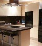 Светлая венецианская штукатурка на кухне с тёмной мебелью