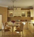 Просторная кухня с венецианской штукатуркой
