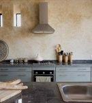Фартук на кухне с отделкой стен венецианской штукатуркой