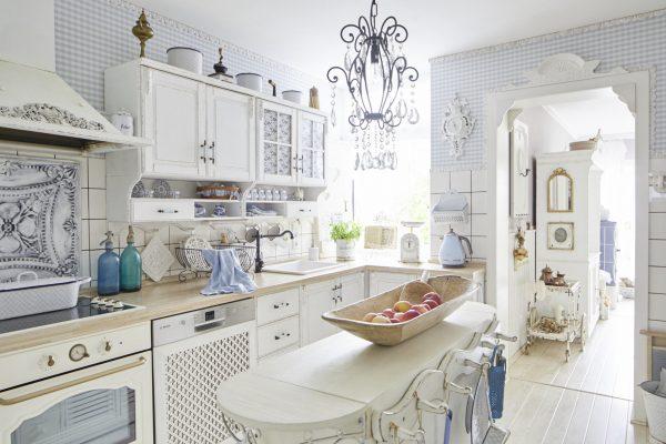 Кухня в стиле шебби-шик с красивыми обоями и белыми панелями
