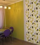 Однотонные и узорчатые жёлтые обои на кухне