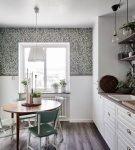 Комбинирование пёстрых обоев и белых панелей на кухне