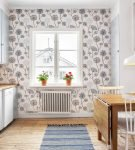 Пёстрые обои и белые панели на узкой кухне