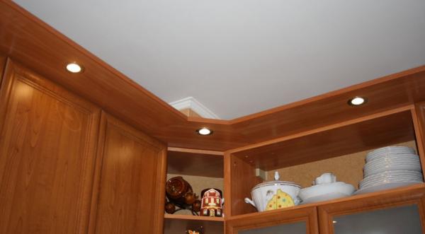 Козырёк на кухонной мебели с вытяжкой