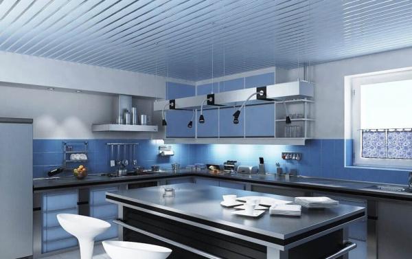 Кухня с реечным потолком
