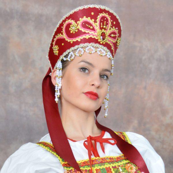 Девушка в древнерусском головном уборе
