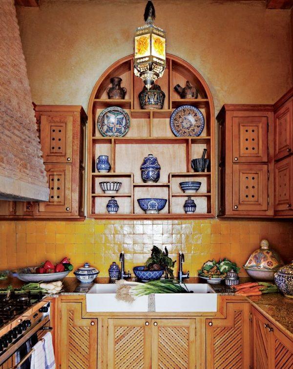 Деревянная мебель в восточном стиле на кухне