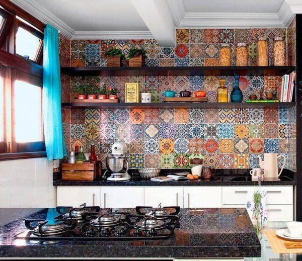 Яркая плитка в зоне фартука на кухне