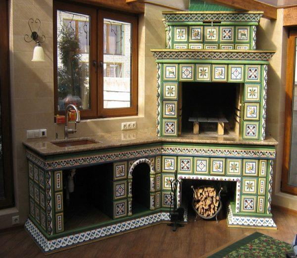 Печь с изразцовой плиткой на кухне