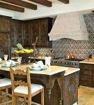 Кухня в восточном стиле с деревянной мебелью