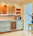 Светлая кухня с гарнитуром в восточном стиле