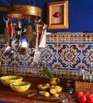 Яркая стена с плиткой в восточном стиле на кухне