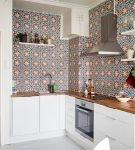 Белая мебель на кухне с фартуком в восточном стиле