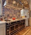Яркая стена рабочей зоны кухни в восточном стиле
