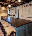 Островная мебель на кухне с люстрами в восточном стиле