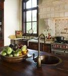 Тёмная деревянная мебель в восточном стиле на кухне